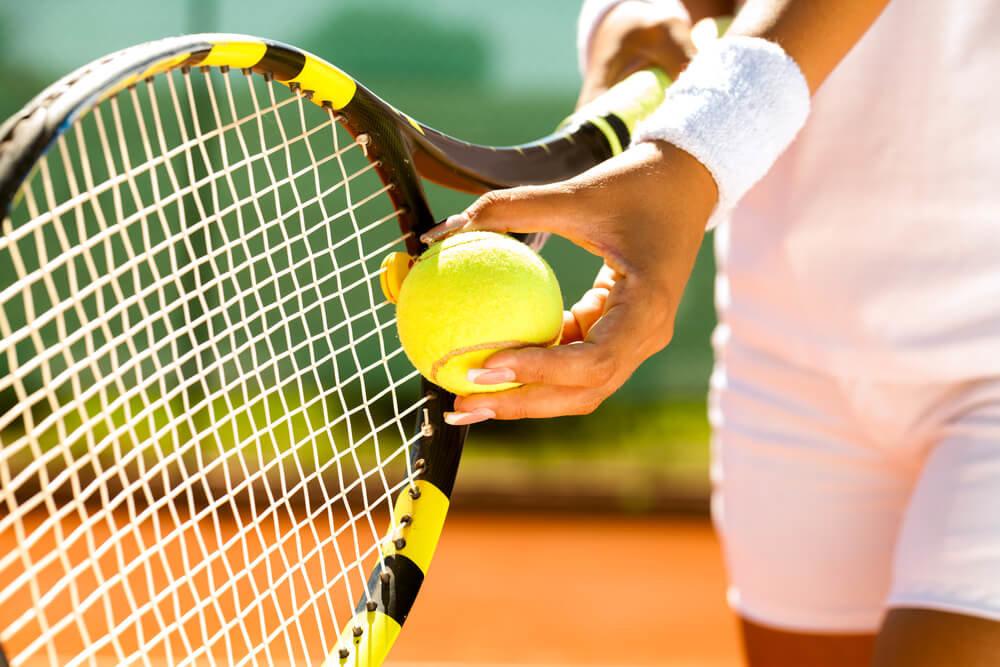 Ракетка и мяч для тенниса.